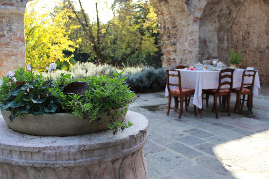 esterno con tavolo per cene e pranzi