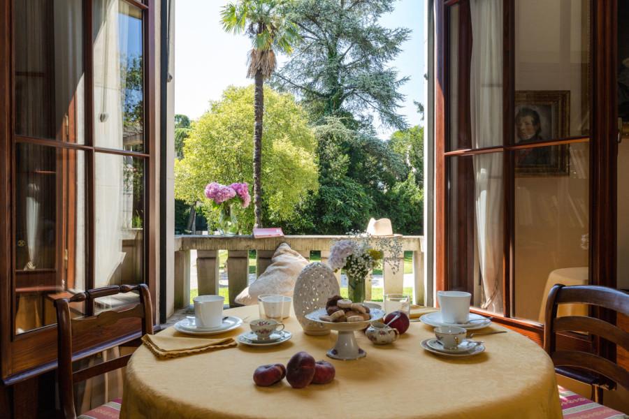 tavolo per colazione interno massimago wine tower