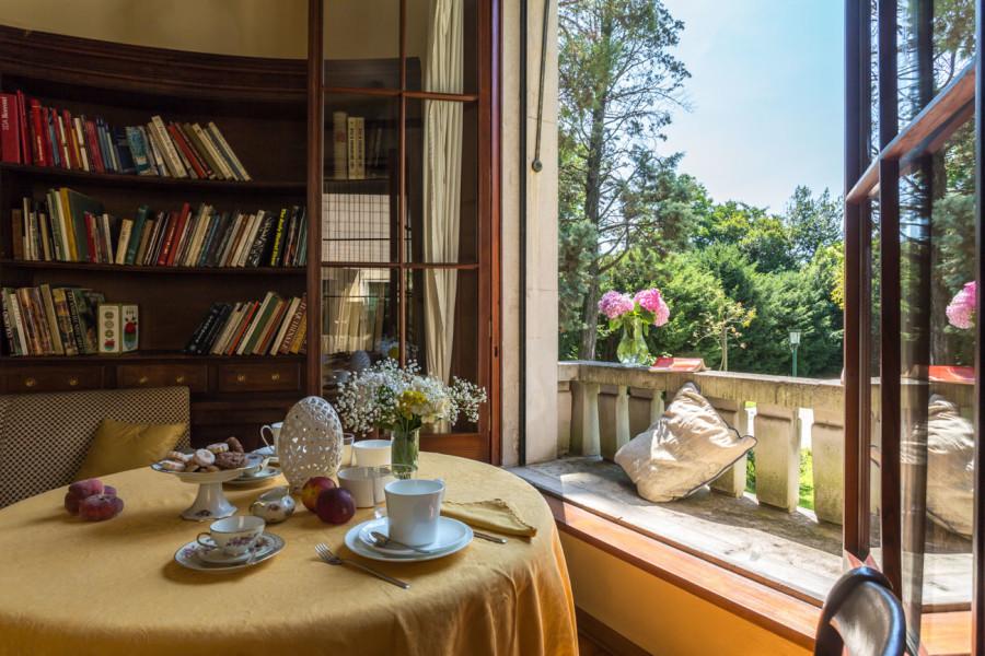 sala con tavolo e terrazzo